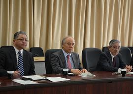 井上光輝理事・副学長、大西隆学長、大貝彰理事・副学長(左から順)