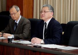 井上光輝理事・副学長(右) 穗積直裕国際協力センター長(左)