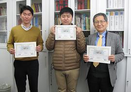(左から)真下テニュアトラック助教、山下さん、寺嶋教授