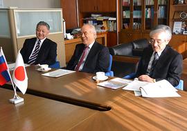 井上光輝理事・副学長、大西隆学長、 大貝彰理事・副学長(左から順)