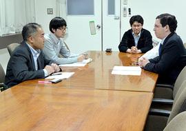 大門裕之国際交流センター長(左手前) との意見交換