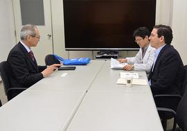 穗積直裕国際協力センター長(左) との意見交換
