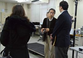 人間・ロボット共生リサーチセンター見学にて 説明する三浦純副センター長(中央)