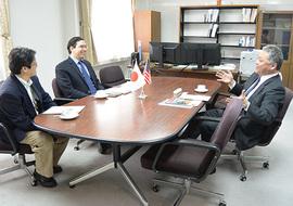 井上光輝副学長(右) への表敬訪問