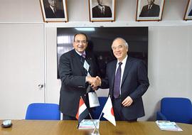 Mohamed Fouad El Fateh顧問(左)、大西隆学長(右)