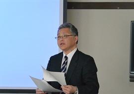 挨拶する井上理事・副学長