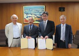 (左から)大西隆学長、下條信輔教授、中内茂樹教授、原邦彦特定教授
