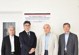 (左から)原邦彦特定教授、中内茂樹教授、大西隆学長、石田誠副学長