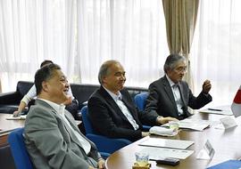(左から)井上光輝理事・副学長、大西隆学長、大貝彰理事・副学長