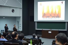 グローバル人材育成の本学取組について説明する松田学長補佐