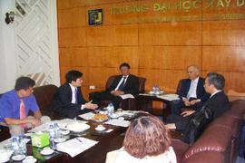 ベトナム国立土木大学 Pham学長(左奥)と教育研究交流につき意見交換する大西学長(右奥)