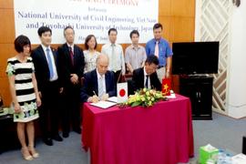 大学間交流協定に署名する両大学学長