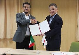 握手を交わす井上理事・副学長とホセ氏