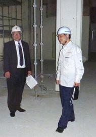 改修工事中の図書館を視察する山下文教施設企画部長(右)
