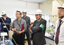 薬品の管理状況の確認を行っている大西学長(右から二人目)