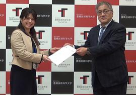 鈴木理事・事務局長から修了証書を授与される研修代表者