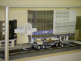 街中をワイヤレス給電走行する電気バスジオラマ模型