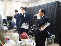 トヨタ紡織の箕浦輝幸会長が本学の視察2.jpg