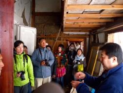 震災復興事業について説明を受ける参加者たち.jpg