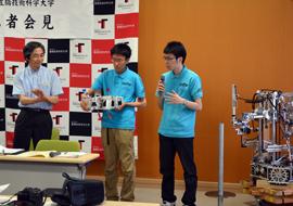 鈴木教授とロボコン同好会のメンバー