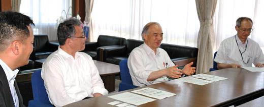 本学(左から) 澁谷准教授、井上副学長、大西学長、穂積センター長