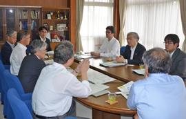 小松研究振興局長(窓側奥左から2人目)と豊橋技術科学大学役員との懇談の様子