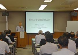 「都市工学研究と東三河」をテーマに 講演をする大西学長