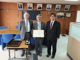 大西学長(左)と角田教授(中央)