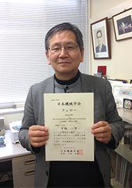認定証を手にする寺嶋教授