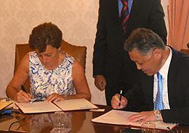 大学間交流協定に署名するカリアリ大学Alessandra副学長(左)と井上理事・副学長(右)