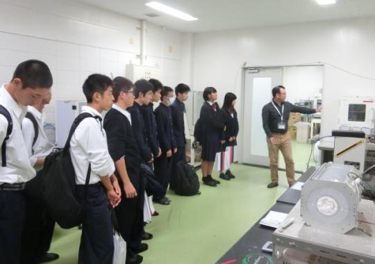https://www.tut.ac.jp/images/181023kengaku-okanisi-ina.JPG