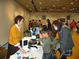 微生物を顕微鏡で観察する様子