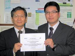 賞状を持つ寺嶋教授と野田助教