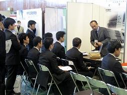 企業のブースに訪れる学生達
