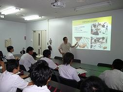 ロボット研究の概要を講義する岡田教授