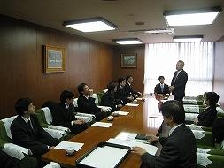 挨拶をする角田副学長と海外研修生